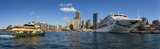 Ferry approchant Quay circulaire, Sydney Australia photo libre de droits