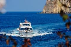 Ferry arrivant à Panarea Image libre de droits