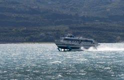 Ferry arrivare a Malcesine sulla polizia Italia del lago Fotografie Stock