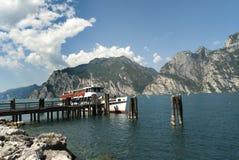 Ferry arrivare a Torbole sulla polizia Italia del lago Immagine Stock Libera da Diritti