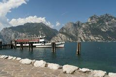 Ferry arrivare a Torbole sulla polizia Italia del lago Immagini Stock Libere da Diritti