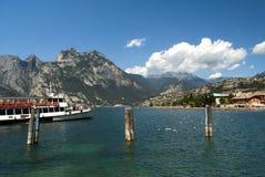 Ferry arrivare a Torbole sulla polizia Italia del lago Fotografie Stock Libere da Diritti