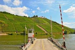 Ferry através do rio Moselle ao castelo de Marienburg perto da região da vila Puenderich - do vinho de Moselle em Alemanha Fotos de Stock Royalty Free