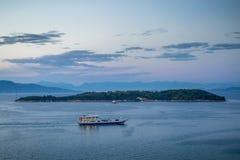 Ferry au crépuscule Photographie stock libre de droits