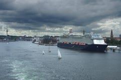 Ferry bleu sous le chargement image stock