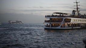 Ferry-boat allant au pilier sur le bosphorus d'Istanbul banque de vidéos