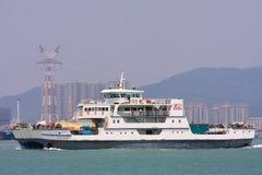 Ferry-boat blanc dans des régions côtières de Xiamen, Chine Photographie stock