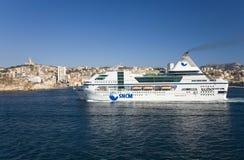 Ferry-boat croisant dans le vieux port et troisièmement - la plus grande ville dans les Frances, Marseille, Provence, France sur  photographie stock libre de droits