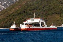 Ferry-boat dans la baie de Boka Kotor de Lepetane à Kamenari dans Monténégro images libres de droits