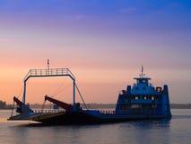 Ferry-boat dans la ville amazonienne Image stock