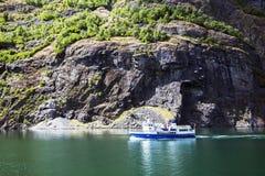 Ferry-boat dans le fjord norvégien Photographie stock