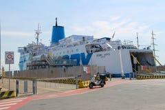 Ferry-boat Moby Love à la couchette dans le port maritime de Piombino, Italie Photos libres de droits