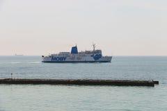 Ferry-boat Moby Love de navigation dans le port maritime de Piombino, Italie Photographie stock libre de droits