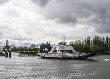 Ferry-boat pour le transport de véhicules à travers la rivière Photos libres de droits
