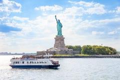 Ferry-boat qui porte le passager à la statue de Liberty National Monument images stock