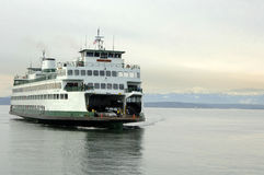 Ferry-boat transportant des passagers Images stock