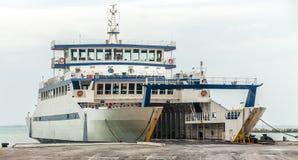 Ferry-boat transportant des passagers accouplé Image stock
