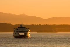 Ferry-boat transportant des passagers au coucher du soleil Image stock