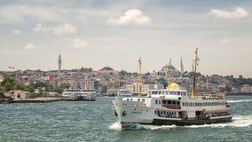 Ferry-boat transportant des passagers croisant chez Bosphorus, Istanbul, Turquie photos libres de droits