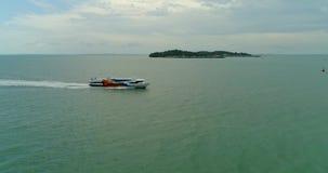 Ferry-boat transportant des passagers de mer vers la mer banque de vidéos