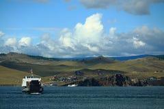Ferry-boat transportant des passagers sur le lac Baikal Photographie stock libre de droits