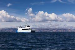 Ferry-boat transportant des passagers sur le Lac Titicaca en Bolivie Image stock