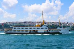 Ferry-boat transportant des passagers traditionnel d'Istanbul, Turquie images stock