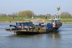 Ferry-boat transportant les voitures et le cycliste Photographie stock libre de droits