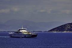 Ferry-boat traversant la mer à une île grecque Image libre de droits
