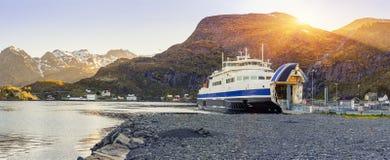 Ferry a chegada e o descarregamento em Moskenes, ilhas de Lofoten foto de stock royalty free