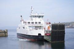 Ferry a chegada no porto da doca que abaixa a rampa da porta no terminal do mar do oceano fotografia de stock