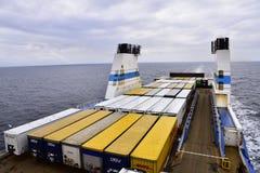 Ferry con carico che si dirige verso il suo porto della destinazione Immagini Stock