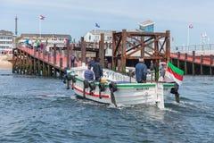 Ferry con i passeggeri che lasciano il porto Helgoland dalla duna vicina dell'isola Immagine Stock