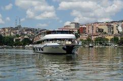 Ferry d'or de klaxon, Istanbul Image stock