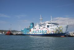 Ferry de Balearia dans Ibiza images stock