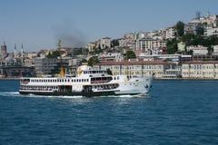 Ferry de Bosphorus comme vu du côté asiatique d'Istanbul, avec Galata et Beyoglu photos libres de droits