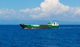 ferry de cargaison en mer ouverte photos stock