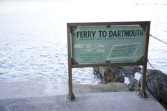 Ferry de Dartmouth au signe de Kingswear images stock
