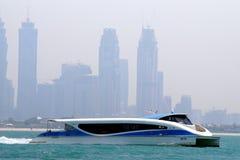 Ferry de RTA passant devant la baie d'affaires et se dirigeant au secteur de marina Bateau moderne de catamaran utilisé pour des  photo stock
