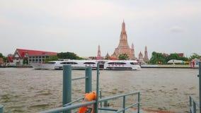 Ferry de touristes sur le fleuve Chao Phraya, Bangkok, Thaïlande banque de vidéos