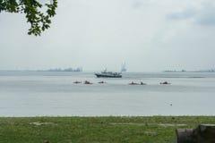 Ferry derrière des canoës dans le détroit photos libres de droits