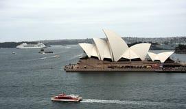 Ferry devant le théatre de l'opéra Photos libres de droits