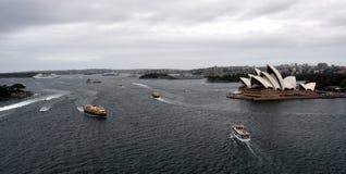 Ferry devant le théatre de l'opéra Photo libre de droits