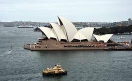 Ferry devant le théatre de l'opéra Images stock