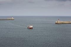 Ferry entrant dans le port grand, Malte. Photographie stock