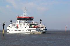Ferry entre le Néerlandais Holwerd et l'île d'Ameland Images libres de droits