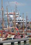 Ferry et bateaux à voile Photo stock
