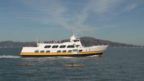 Ferry et canoë devant Alcatraz San Francisco clips vidéos