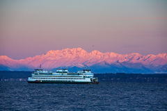 Ferry in front of Olympic Mtns Royalty Free Stock Photography