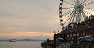Ferry grand Ferris Wheel d'Elliott Bay Seattle Waterfront Pier Photographie stock libre de droits